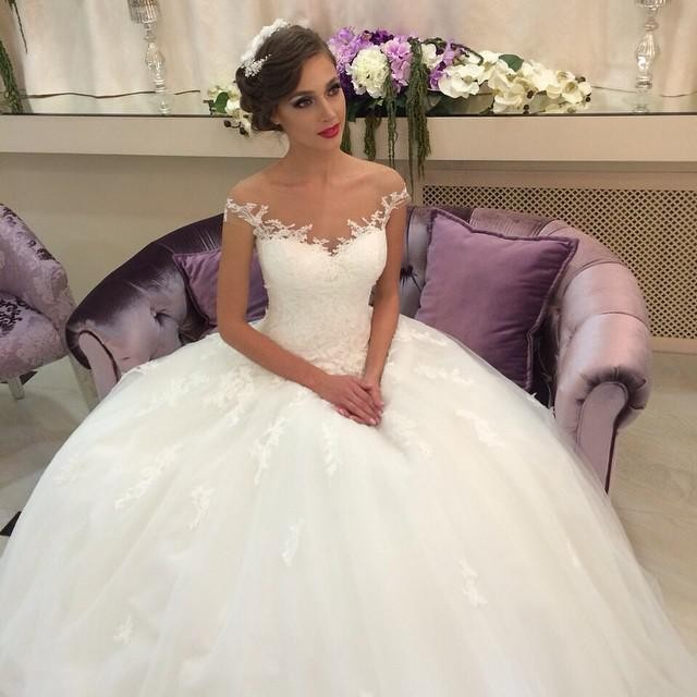 Elegant Off-shoulder Tulle Wedding Dress With Lace Appliques Ball Gown