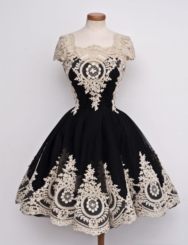 Gorgeous Black Cap Sleeve Homecoming Short With Lace Appliques