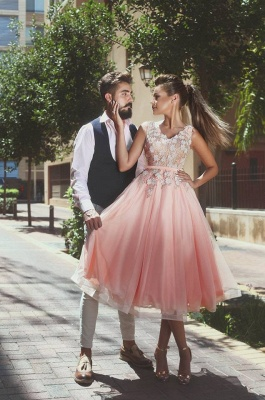 Lovely Sleeveless V-Neck Short Prom Dress   2020 Lace Appliques Homecoming Dress_1